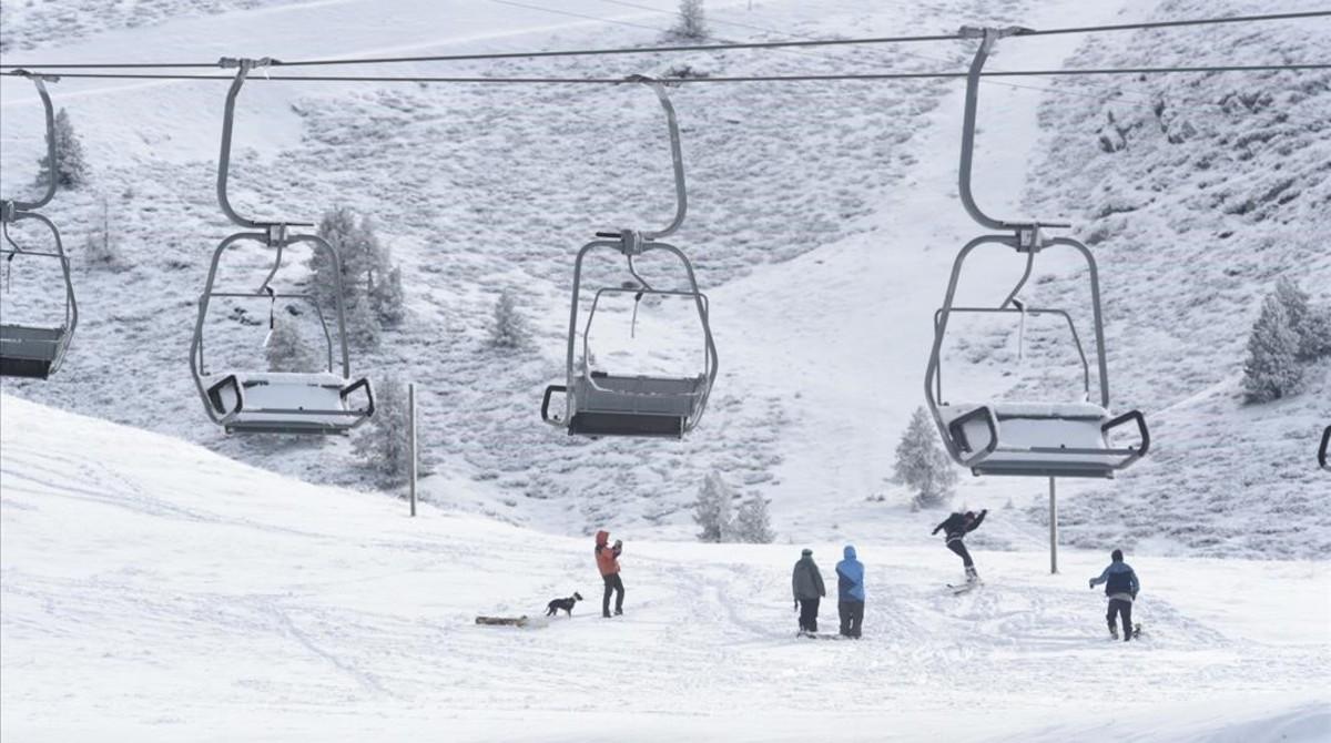 Unos aficionados aprovechan para esquiar con la primera nevada en La Bonaigua.