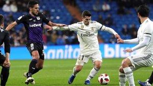 Brahim Díaz controla el balón ante el jugador del Leganés Recio en un Bernabéu con muchos huecos en la grada.