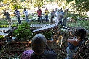 Un reducido número de personas acompaña el entierro de una víctima de Covid-19 en el cementerio Campo de Esperanza.