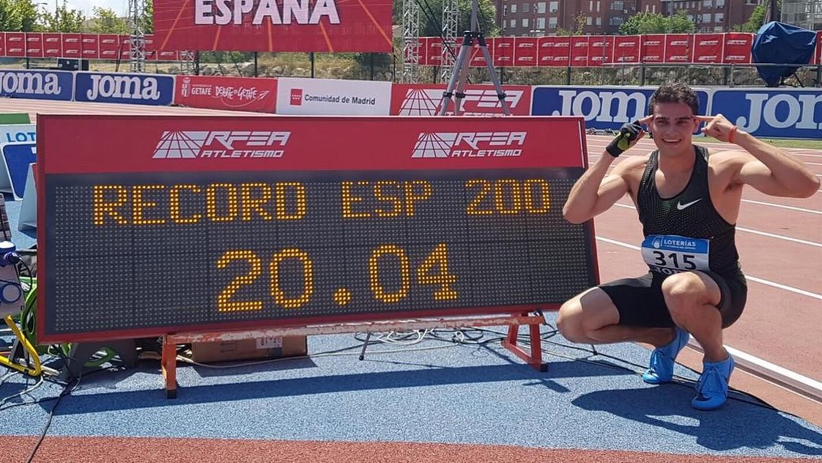 Bruno Hortelano posa junto a su marca de 20.04, nuevo récord de España de 200.
