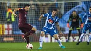 Busquets esconde el balón ante Víctor Sánchez.