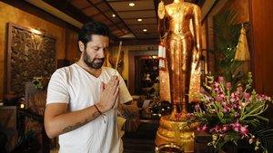 Rafael Amargo, en la entrada del restaurante Thai Gardens, del que es cliente asiduo.