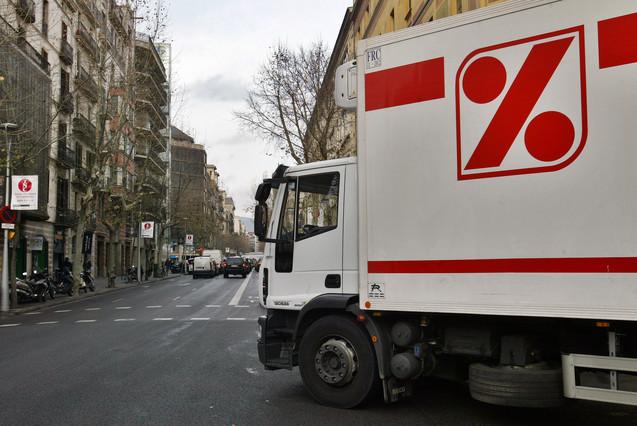 Un camión de reparto de la cadena DIA.