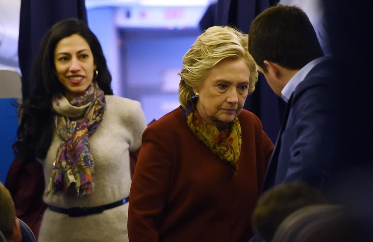 La candidata demócrata Hillary Clinton junto a miembros de su equipo.
