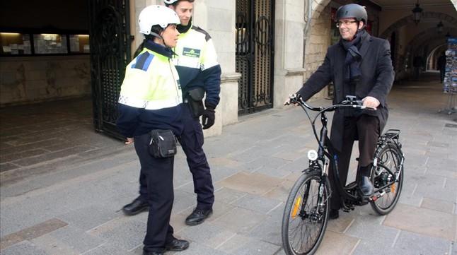 Carles Puigdemont, a la sazón alcalde de Girona, prueba una bicicleta eléctrica en enero del 2015.