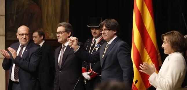 Carles Puigdemont junto a Artur Mas y Carme Forcadell, en la toma de posesión.