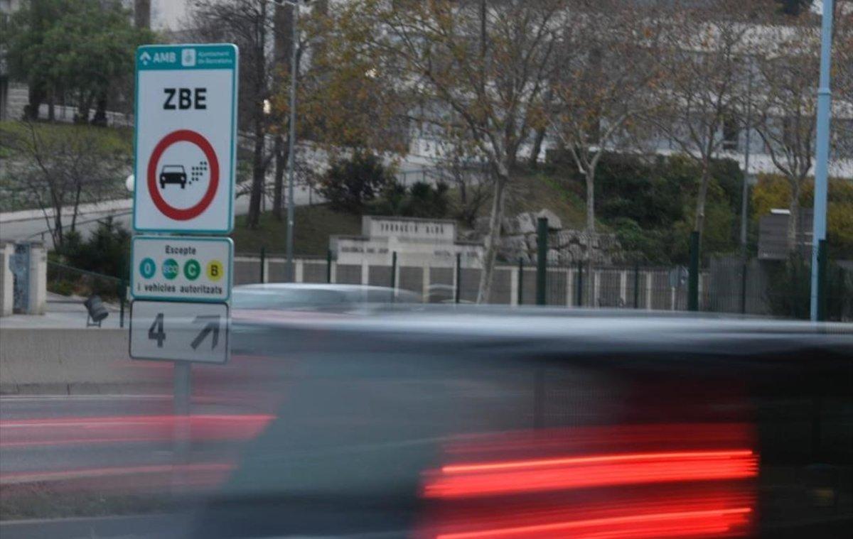 Cartel de aviso de la Zona de Bajas Emisiones en la Ronda de Dalt, la mañana del primer día en que ha entrado en funcionamiento.