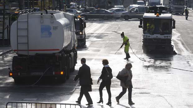 Los servicios de limpieza trabajan sin descanso para evitar accidentes.