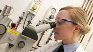 Científica en un laboratorio.