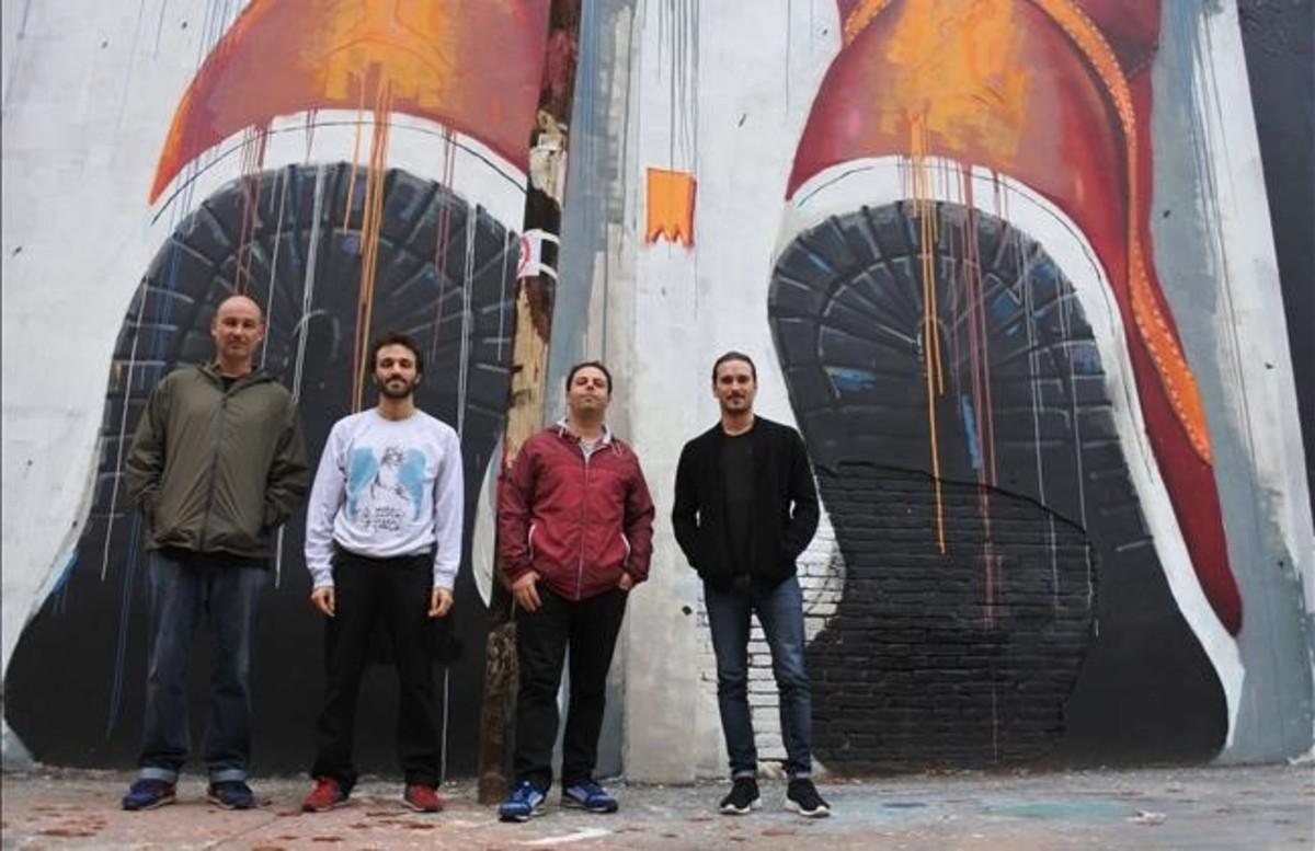 De izquierda a derecha, Akore, Mr. Sis, Chan y Dase, en uno de los muros grafiteados de la calle de la Agricultura.