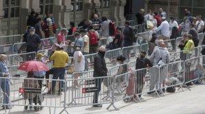Cola ante la estación del Nord de Barcelona para el reparto de alimentos a familias necesitadas, el 16 de mayo.