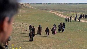 Combatientes del Estado Islámico y sus familias abandonan el feudo de Baghouz.