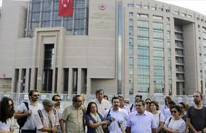 Periodistas turcos, ante los juzgados de Estambul, en apoyo aBulent Mumay,uno de los numerosos informadores detenidos los últimos días.