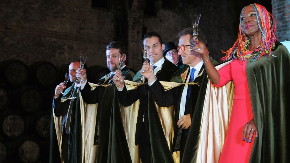 La cantante Lucrecia y el presentador Jordi Hurtado, en el acto de investidura.