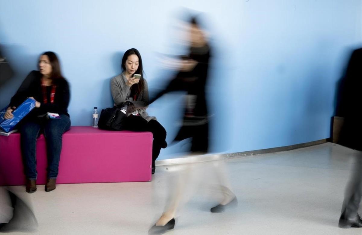 Asistentes al Mobile World Congress en el recinto de Gran Vía.