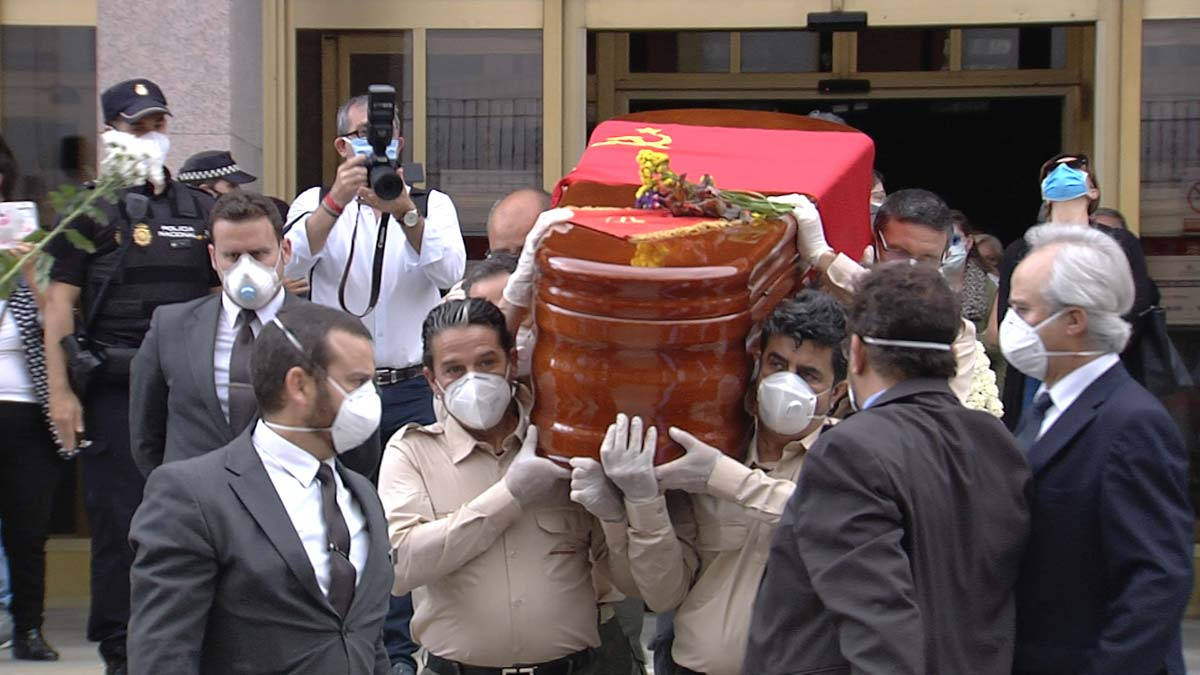 Imágenes de la salida del féretro de Julio Anguita del Ayuntamiento de Córdoba acompañado de familiares. Multitud de seguidores aplaudiendo a la salida y vitoreando su nombre.