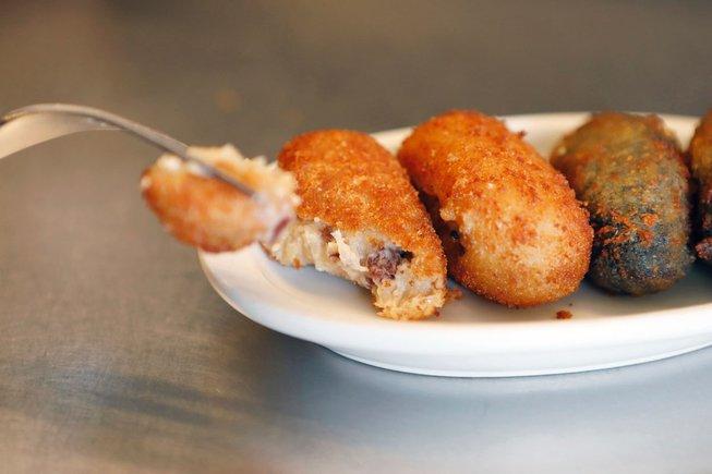 Casa Ángela hace croquetas de jamón ibérico, de carrillera de cerdo, de 'ceps' con trufa y de chipirones.