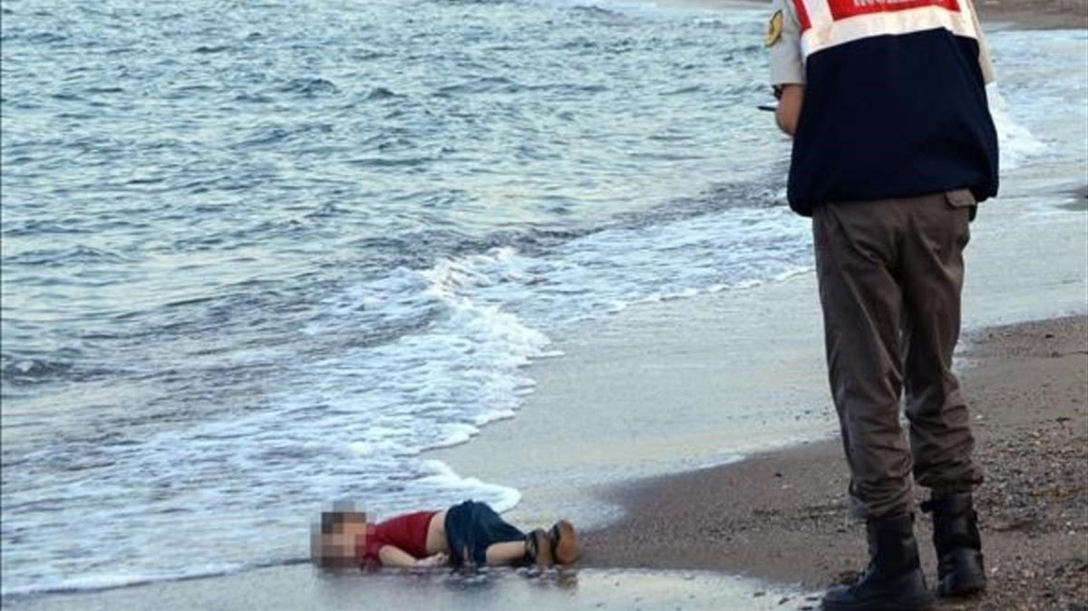 El cuerpo sin vida del pequeño Aylan Kurdi yace en una playa turca, el 2 de septiembre del 2015.