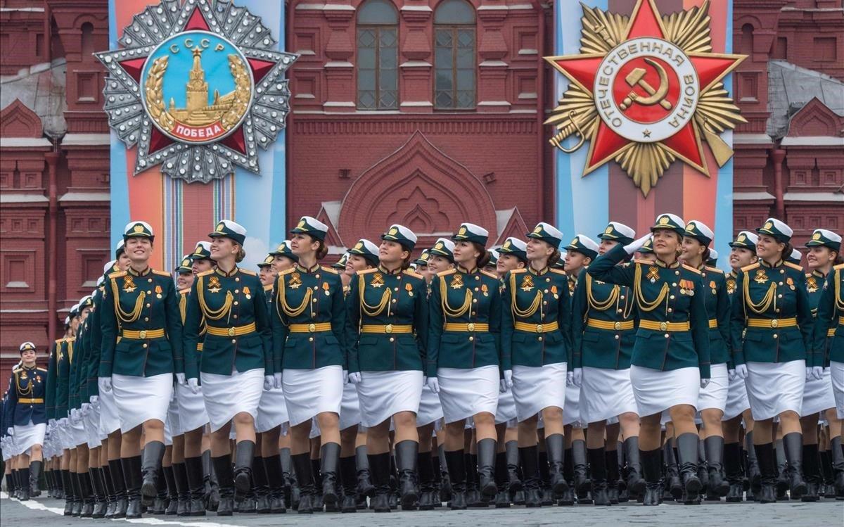 Desfile de soldadas rusas en Moscú.