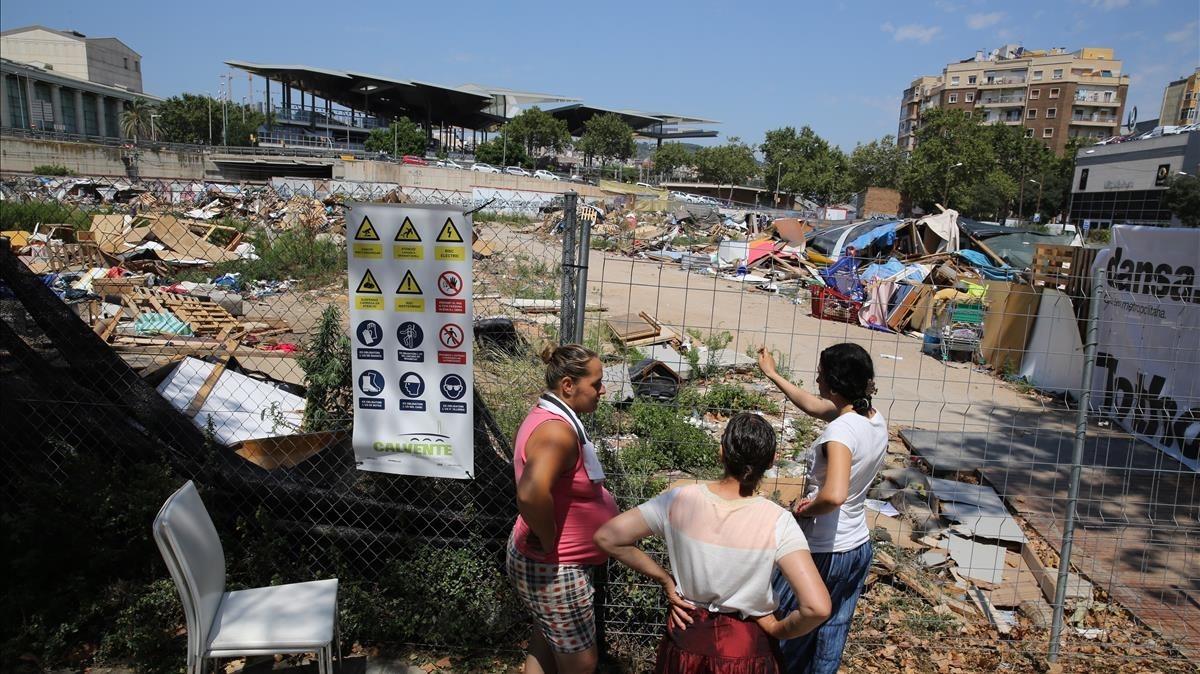 Desmantelamiento de las barracas construidas por personas que recogen chatarra en un terreno abandonado cerca del Teatre Nacional.