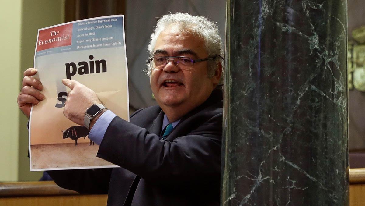 Duro intercambio de reproches entre el diputado del PDECat Guillaumes y el ministro Zoidopor la portada del 2012 de The Economist.