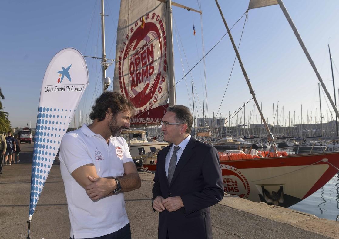 El director general de la Fundación Bancaria La Caixa, Jaume Giró (izquierda), y el director de la oenegé Proactiva Open Arms, Oscar Camps, tras firmar la alianza de colaboración en Barcelona.