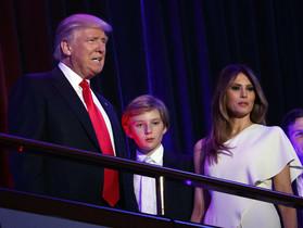 Donald Trump, su esposa Melania y su hijo Barron.