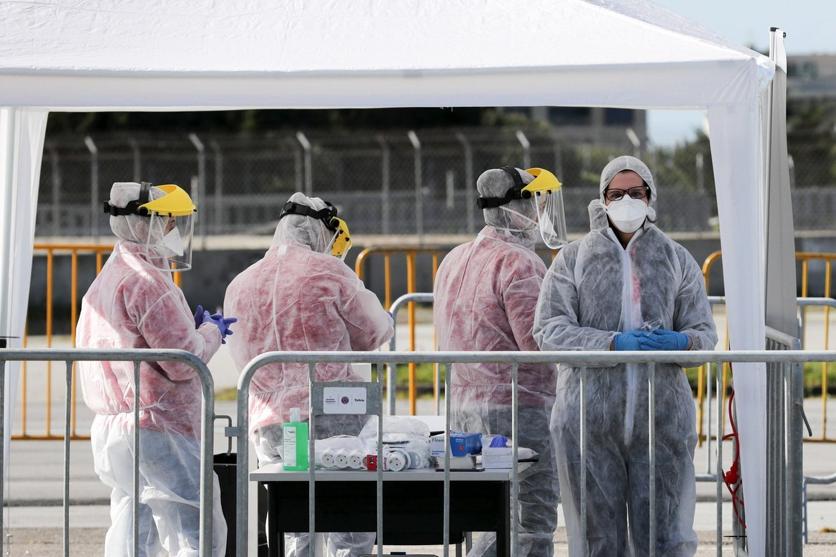 Porto (Portugal), 16/03/2020.- Health care technicians conduct coronavirus tests on drivers near the city park in Porto, Portugal, 16 March 2020. In Portugal, the Directorate General of Health (DGS) on 15 March, confirmed that the nation had 245 cases of COVID-19 infections. EFE/EPA/ESTELA SILVA