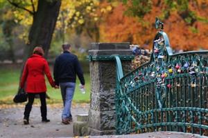 Candados coloridos decoran el puente de un parque en Hanover, Alemania. Se ha convertido en tradición que parejas de enamorados coloquen un candado como símbolo de su amor.