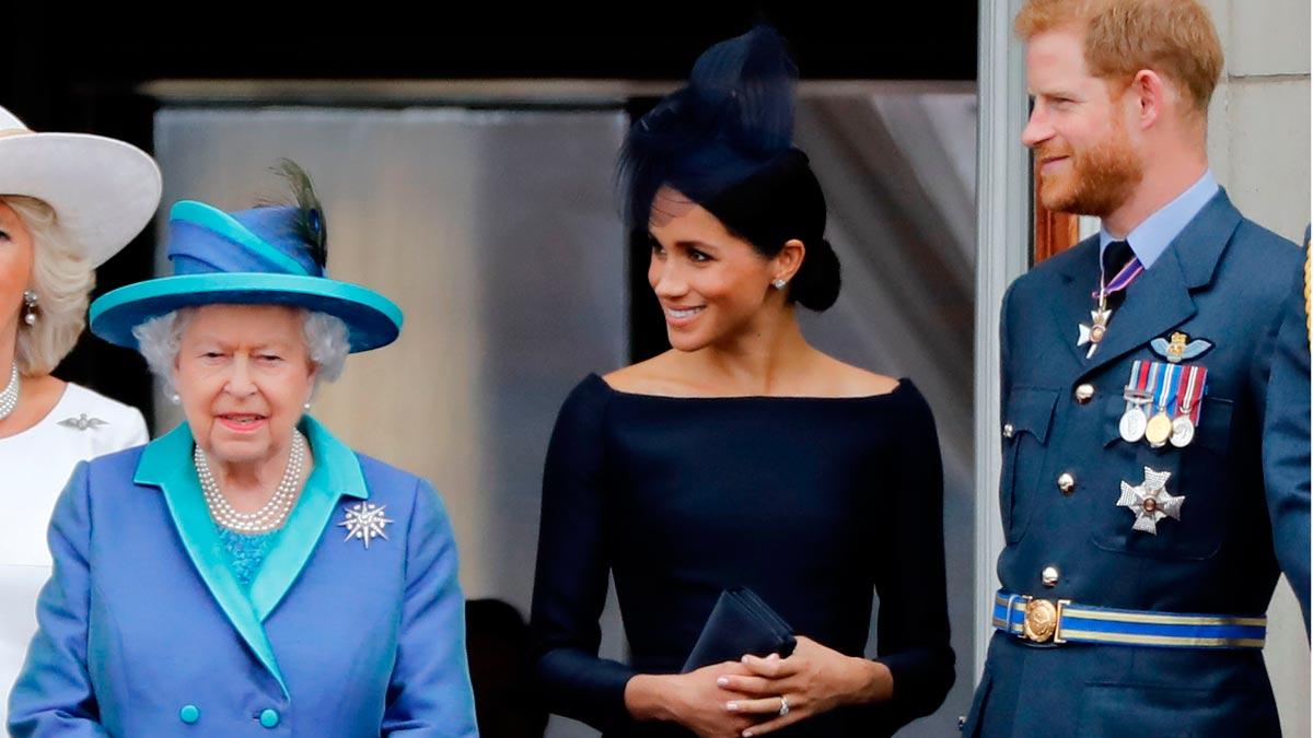Enrique y Meghan disponen de un periodo de transición para acomodarse a su nueva situación familiar. En la foto, la pareja junto a Isabel II.