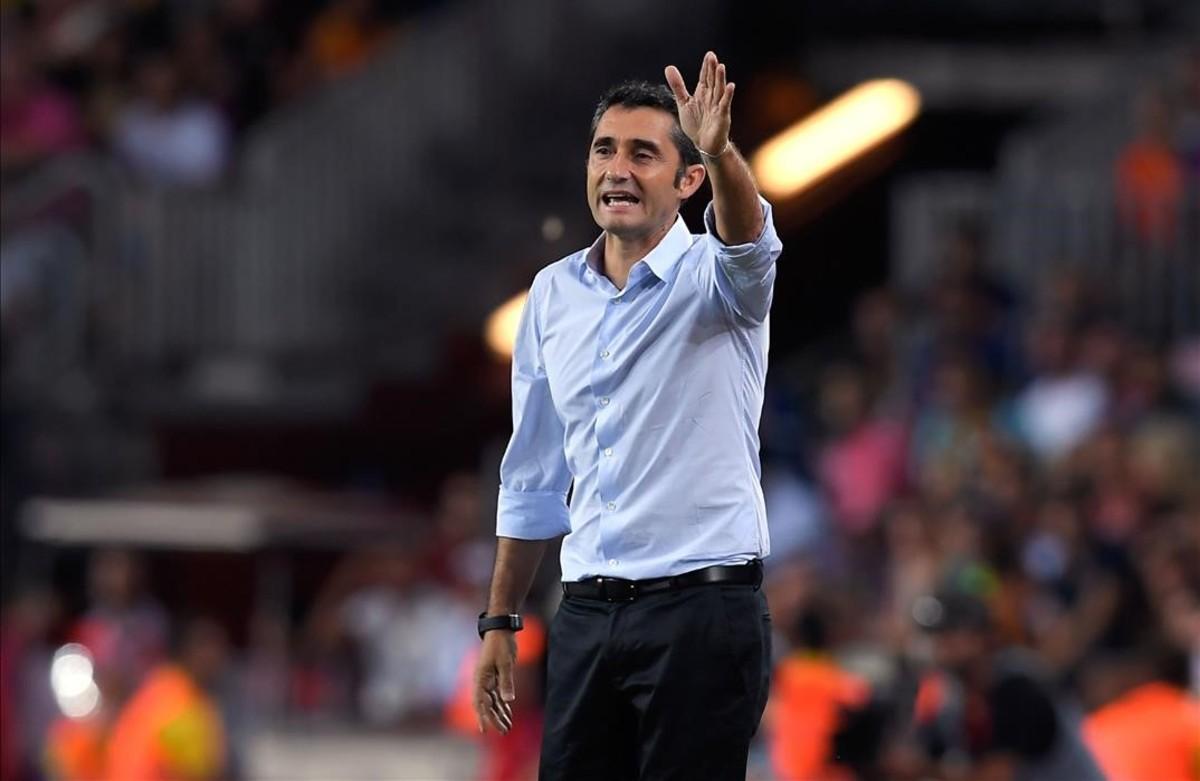 Ernesto Valverde da órdenes durante el partido.