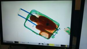 El escáner de la aduana reveló la silueta del menor dentro de la maleta.