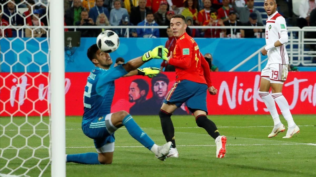 Iago Aspas mira cómo entra el balón que ha supuesto su gol y el 2-2 de España después de que el VAR lo diera por válido