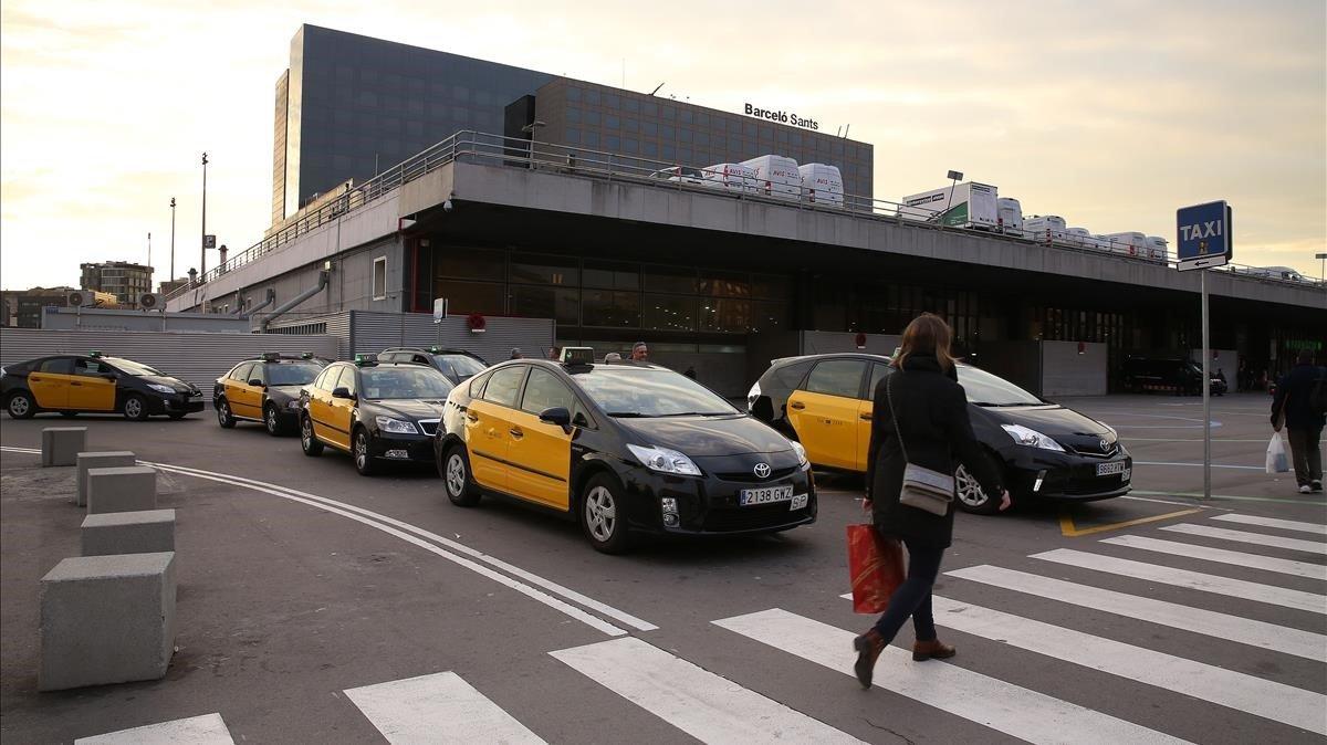 Parada de taxis en la Estación de Sants de Barcelona
