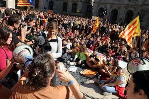 Estudiantes en la protesta por la sentencia del 'procés', en la plaza de Sant Jaume.