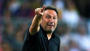 Eusebio da instrucciones durante un partido del Girona.