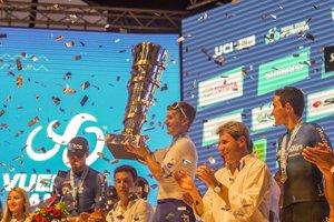 AME7934. SAN JUAN (ARGENTINA), 02/02/2020.- El ciclista belga Remco Evenepoel (c), ganador de la Vuelta a San Juan, celebra este domingo su triunfo junto al italiano Filippo Ganna (i), segundo en la general, y el español Óscar Sevilla (d), tercero, en San Juan (Argentina). Remco Evenepoel, ciclista belga del Deucennink-Quick Step, fue preguntado tras ganar la Vuelta a San Juan si se considera el Messi de la bicicleta, a lo que el corredor respondió que es solo Remco Evenepoel y el argentino es alguien demasiado famoso que no cree que pueda llegar a conocer. EFE/ Iaron Kolker