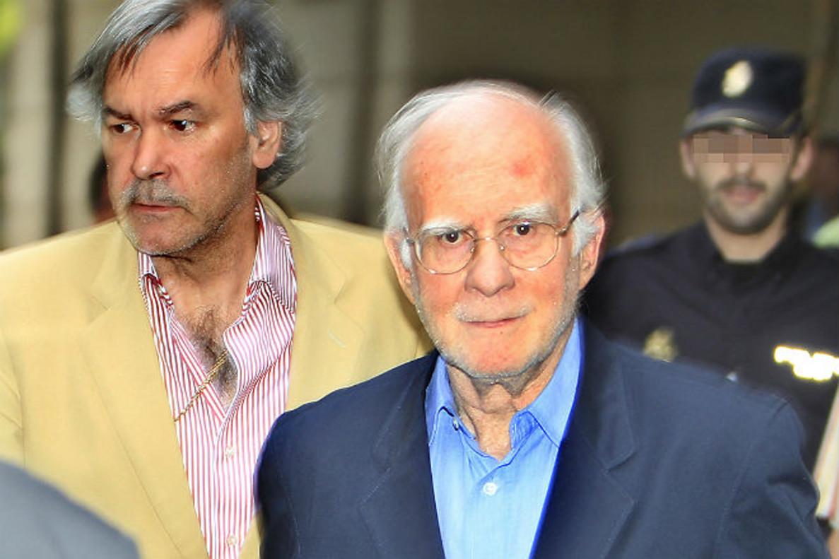 El expresidente de la SGAE, Teddy Bautista, a la derecha, trasser puestoen libertad en julio del 2011.