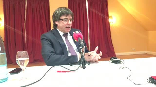 En una entrevista a RAC1,Puigdemont avala una reunión entreSánchez y Torra y tilda de ultraa Borrell.