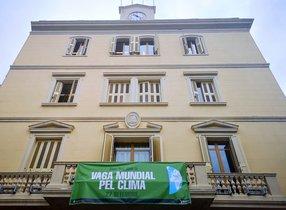 La fachada del Ayuntamiento de Sant boi luce este viernes la pancarta de la Huelga Mundial del Clima