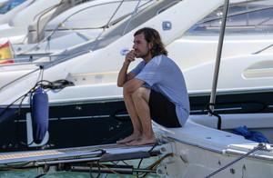 Gelete Nieto, pensativo, antes de partir en el barco de su padre, el 12+1, para arrojar al mar parte de las cenizas del campeón de motociclismo.