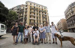 Inquilinosdel inmueble situado en Aragó, 477, comprado por un fondo, posan delante en julio pasado.