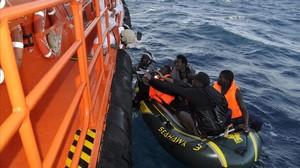 Una embarcación de Salvamento Marítimo rescata a un grupo de inmigrantes en aguas del Estrecho.