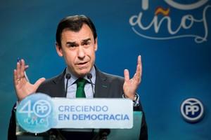 El coordinador general del PP Fernando Martínez-Maillodurante la rueda de prensa.