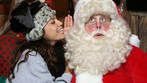 Papá Noel escucha las confidencias de Eva Longoria, en una imagen de archivo.