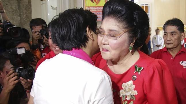 Imelda Marcos saluda a su hijo, el senador Ferdinand Bongbong Marcos Junior,candidato a lavicepresidencia, durante el primer día de campaña electoral, el pasado 9 de febrero.