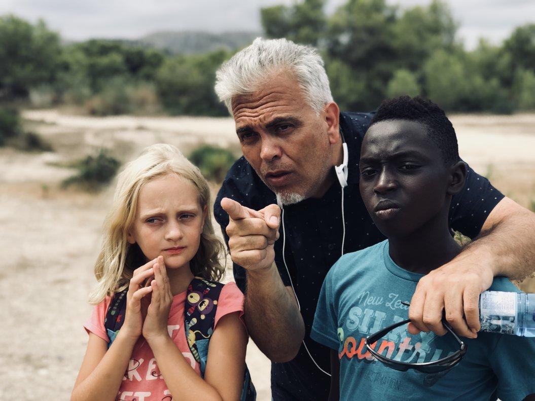 Toni Bestard da instrucciones alos dos niños protagonistas.