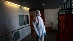 Un voluntario de Protección Civil espera instrucciones en una residencia de ancianos en París.