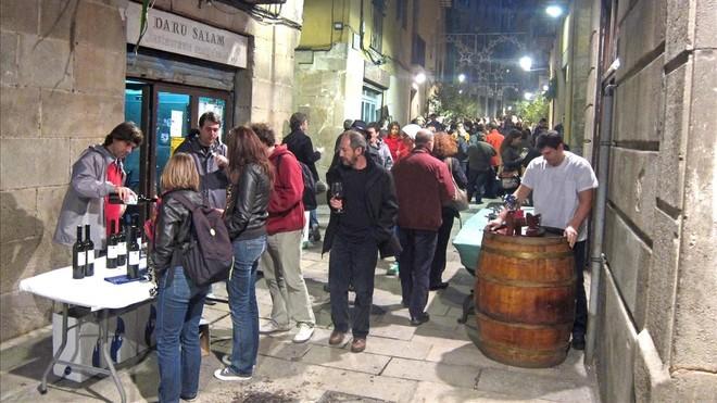 Imagen de una edición pasada de la fiesta del vino nuevo en el barrio barcelonés de la Ribera.