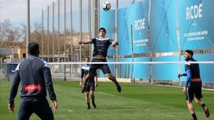 Gerard Moreno se dispone a rematar en un partido de futvoley en el entrenamiento del Espanyol.